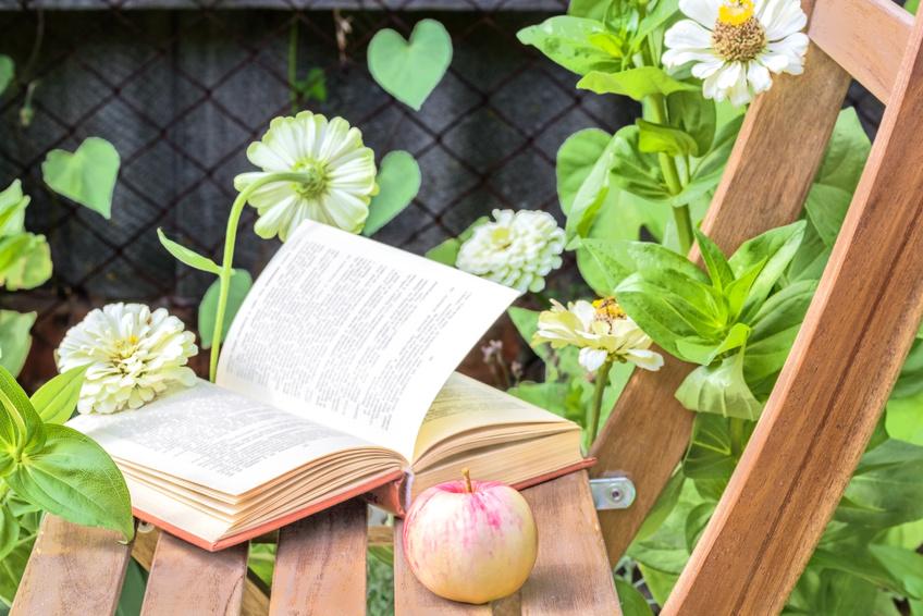 Un coin lecture au jardin: aménagez votre lieu de détente