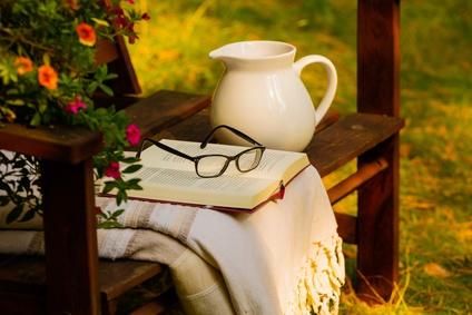 un coin lecture au jardin am nagez votre lieu de d tente. Black Bedroom Furniture Sets. Home Design Ideas