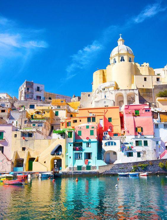 Marbre blanc, fauteuil et luminaire: le top 3 de la déco italienne